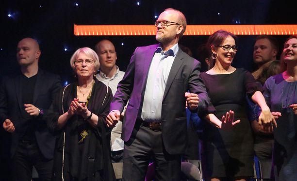 Näyttelijä, ohjaaja ja käsikirjoittaja Kari Heiskanen intoutui itsekin tanssimaan katsomossa.