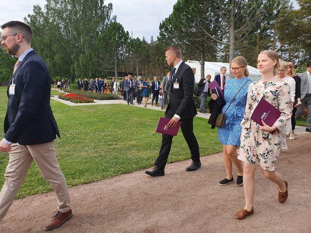 Vieraita oli Kultarantaan kutsuttu noin sata. Suuri osa heistä käveli maanantaina jonossa teltalle.