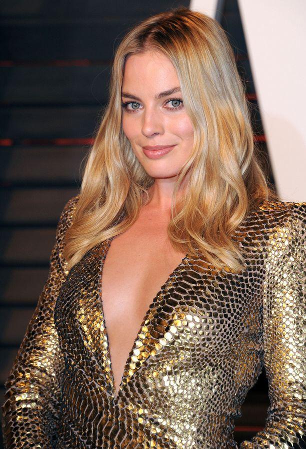 Oikea meikki ja kampaus saa rajuimmankin asun toimimaan! Margot Robbien luonnollinen look ja kauniit laineet muodostavat sopivan neutraalin parin Tom Fordin kultaluomukselle.