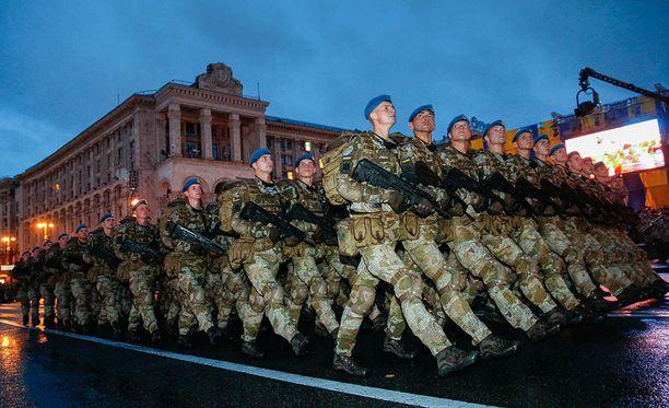 Ukrainalaissotilaat harjoittelivat sotaparaatia varten Kiovassa viime elokuussa.