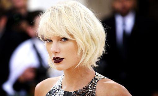 Taylor Swift, 27, on tunnettu yhdysvaltalainen poplaulaja. Tähti tunnetaan muun muassa kappaleistaan Blank Space, Bad Blood ja I Knew You Were Trouble.