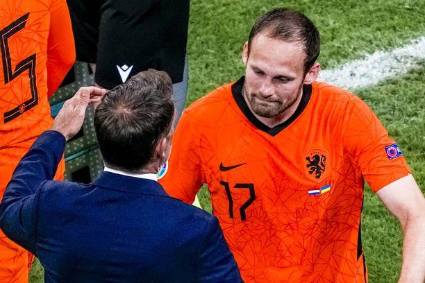 Daley Blind itki poistuessaan kentältä. Frank de Boer oli vastassa halaamassa.