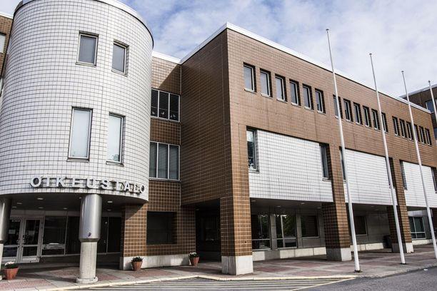 Oulun käräjäoikeus tuomitsi miehen raiskauksesta kahdeksi vuodeksi vankeuteen.