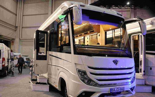 """Tässä  on Caravan-messujen kallein matkailuauto ja katseenkääntäjä:  """"Yleensä lisävarustellaan vielä 100 000 eurolla"""""""