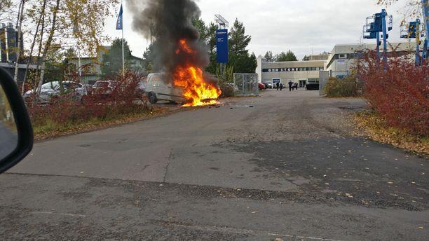 Postiauto oli ilmiliekeissä torstaina Espoossa.