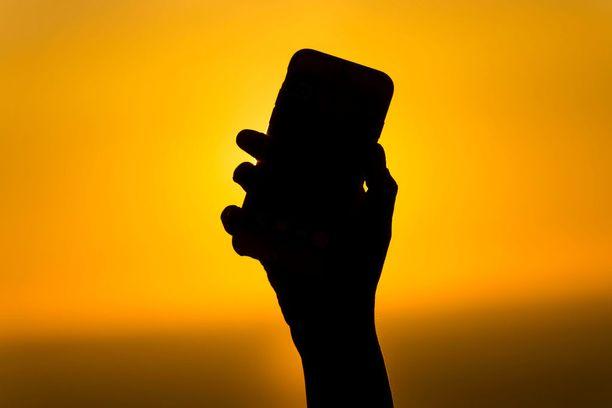 Kaukomailla kännykkälaskut nousevat nopeasti tähtitieteellisiin summiin, vaikka EU-alueella netinkäytön hinta on nyt vain murto-osa aiemmasta.