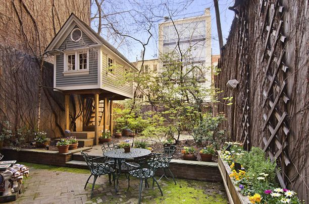 New Yorkissa sijaitsevan luksuskartanon pihaa koristaa näin idyllinen maja.