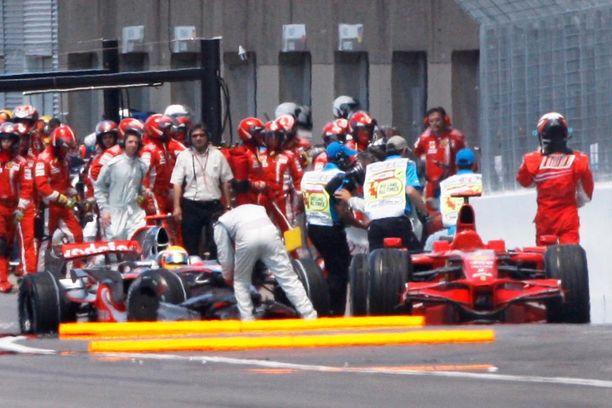 Kimi Räikkönen (oik.) on matkalla ripittämään Lewis Hamiltonia punaisen valon merkityksestä.