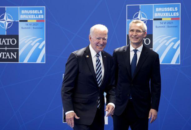 Naton pääsihteeri Jens Stoltenberg (oik.) toivotti USA:n presidentti Joe Bidenin tervetulleeksi Brysseliin maanantaina. Bidenin myötä USA:n ja Naton välit ovat jälleen lähentyneet.