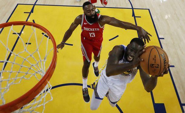 Warriorsin Draymond Green (oik.) raapi 13 levypalloa ja pussitti kymmenen pistettä. Rocketsin James Hardenin 32 pistettä eivät riittäneet tällä kertaa.