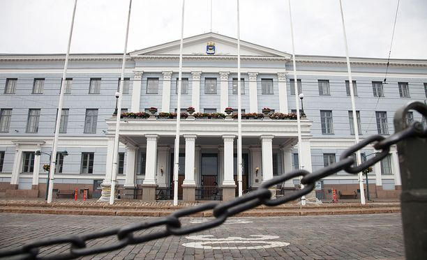 Uudenmaan maakuntavaltuuston värikäs kokous pidettiin Helsingin kaupungintalolla, jossa olisi ollut mahdollisuus sähköiseen äänestykseen. Valtuusto kuitenkin käytti käsiäänestystä, joten puolesta ja vastaan tai tyhjää äänestäneiden nimet eivät jää kokouspöytäkirjoihin.