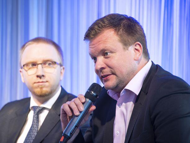 Ministeri Ville Skinnarin perheellä on oma WhatsApp-ryhmä yhteydenpitoon, kun kiireinen isä on maailmalla.