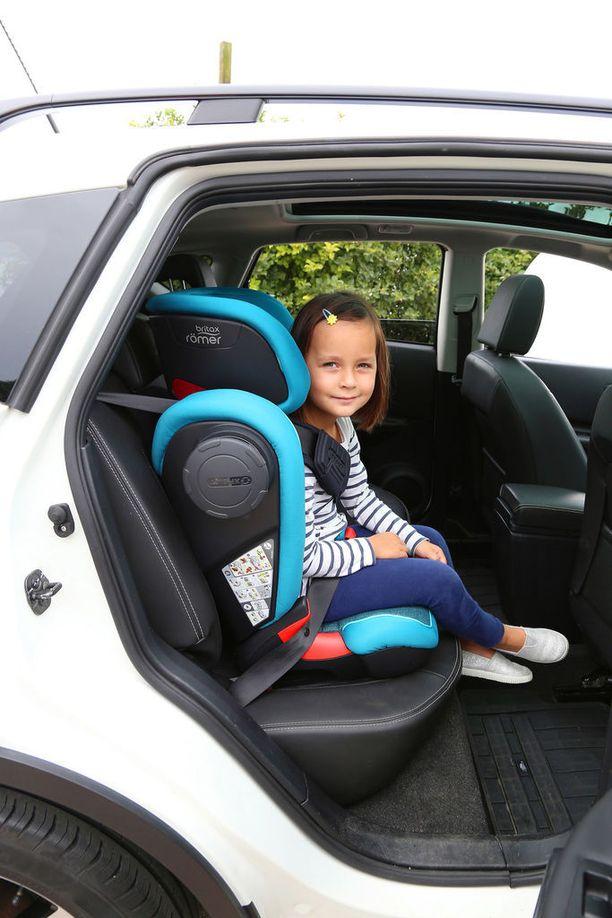 Turvavyöistuin on yli 3-vuotiaalle parempi kuin pelkkä koroke, koska istuin suojaa myös sivuilta.