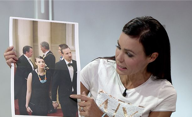 Susanne Päivärinta näytti Li Anderssonille kuvan viime vuoden Linnan juhlista.