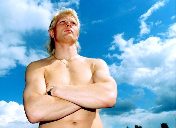 Marko Asell poseerasi Aamulehdelle pelti paljaana ennen Atlantan olympiakisoja vuonna 1996.