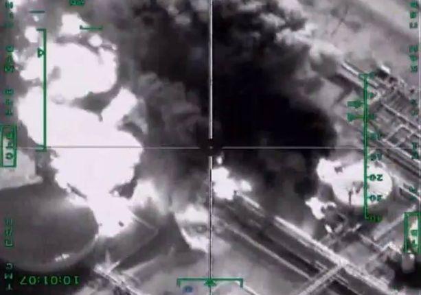Venäläinen Su-34-pommikone kylvi tuhoa Isisin öljyjalostamolla.