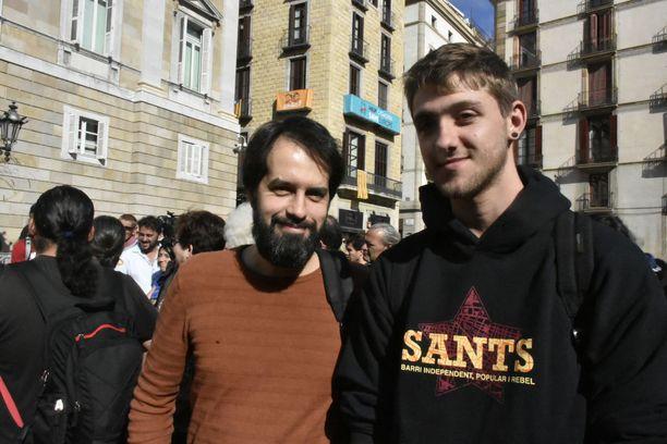 Toni (vas) ja Alex kannattavat Katalonian itsenäisyyttä, mutta haluavat, että se saavutetaan ilman väkivaltaisuuksia.