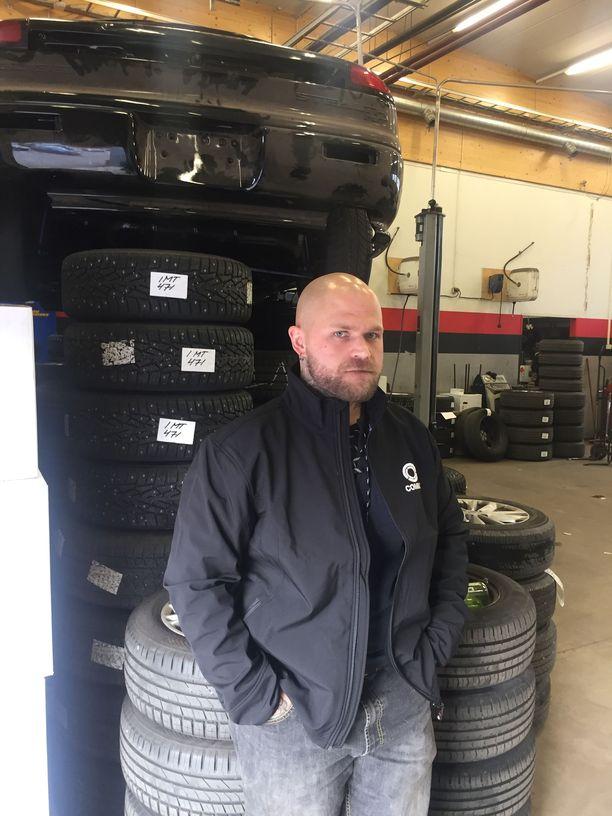 Autohuolto- ja rengasliike AH-Auto on selättänyt lamat ja taantumat, vaikka yrittäjä Antti Haapasalo perusti firman vain parikymppisenä vuonna 2009. 10 menestyksekästä vuotta yrittäjänä on Antin koulutaustan huomioiden hienoinen ihme.