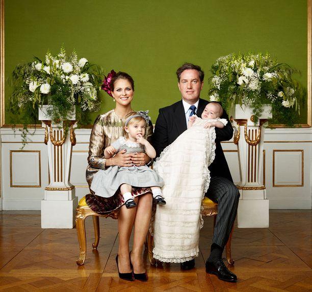 Kuvassa prinsessa Madeleinen puolisonsa Chris O'Neillin kanssa Nicolas-poikansa ristiäisissä vuonna 2015.
