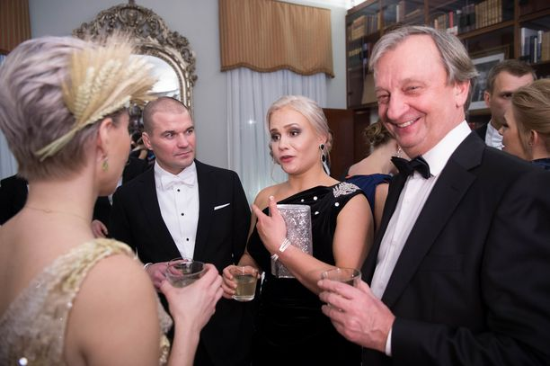 Petra Olli nautti miesystävänsä kanssa boolista. Mukana keskusteluissa olivat myös Hjallis Harkimo ja Susanna Koski.