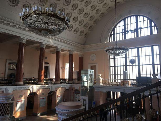 Viipuriin on useita päivittäisiä junavuoroja Helsingistä. Passintarkastus ja muut rajamuodollisuudet tapahtuvat rautatieaseman toisessa kerroksessa.