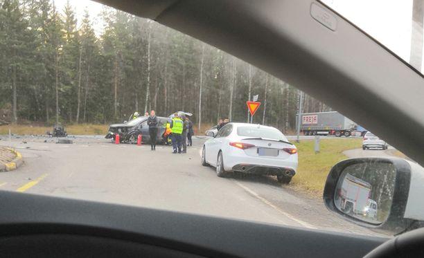 Onnettomuuspaikkaa raivattiin lauantaina iltapäivällä.