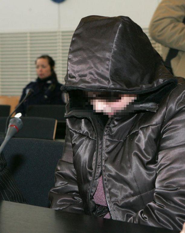 MURTUI Syytetty äiti esiintyi oikeudessa murtuneena. Poika huostaanotettiin häneltä tapahtumien vuoksi.
