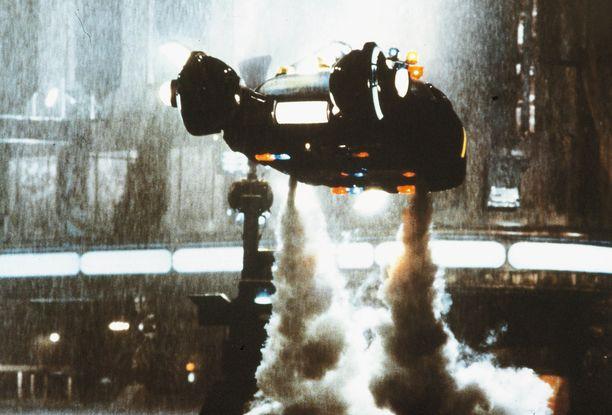 Lentäviä autoja esiintyy arkisessa käytössä useissa scifielokuvissa, myös Blade Runnerissa, mutta ei toistaiseksi tosielämässä.