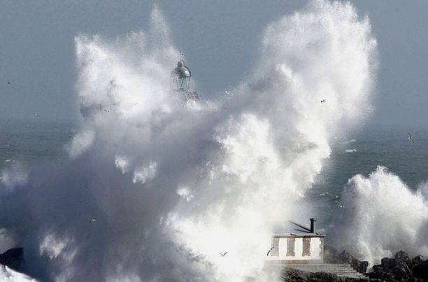 Hyökyaallot vyöryivät majakan yli Santanderissa.