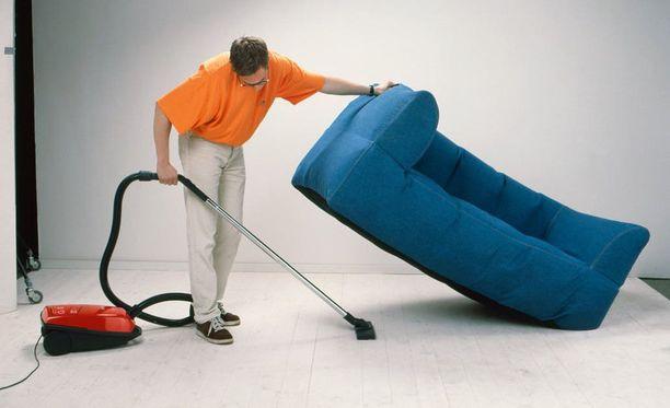 Ikean mainoskuvassa näytetään, miten a.i.r. -sohvaa voi kätevästi nostaa toisella kädellä imuroitaessa.