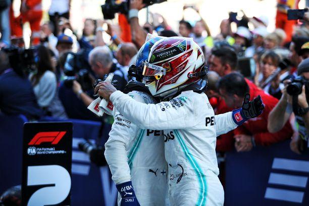Lewis Hamilton ja Valtteri Bottas juhlivat Venäjän GP:n kaksoisvoittoa.