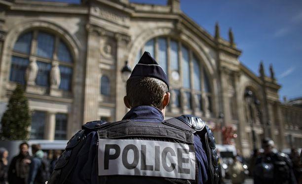 Poliisit ovat nykyään näkyvä osa Pariisin katukuvaa. Kuvituskuva.