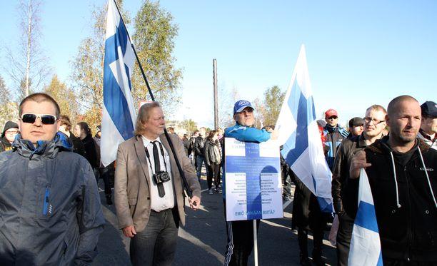 Rajat auki -mielenosoittajia oli Torniossa paikalla noin 150 ihmistä. Rajojen sulkemisen puolesta marssi arviolta noin 400 mielenosoittajaa.
