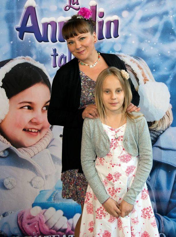 Näyttelijä Anna-Leena Sipilä saapui kutsuvierasnäytökseen yhdessä 11-vuotiaan Stella-tyttärensä kanssa.