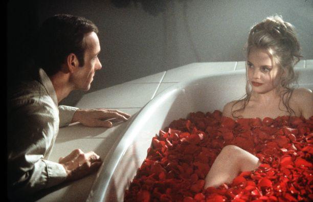 Kevin Spaceyn näyttelemä Lster Burnham kärsii kulttileffassa keski-iän kriisistä ja rakastuu tyttärensä parhaaseen ystävään, jota näyttelee Mena Suvari.