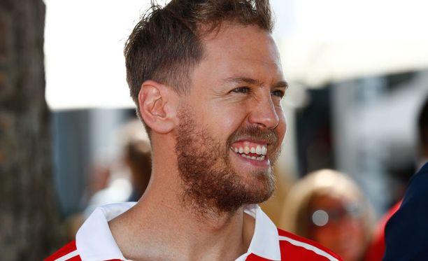 Sebastian Vettel kehotti toimittajaa matkustamaan Suomeen.