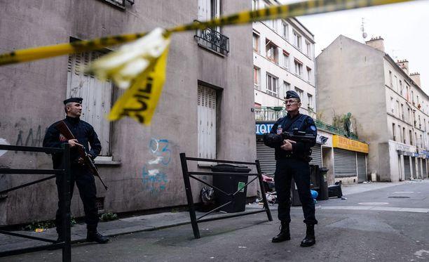 Poliisi vartioi Saint-Denisissä Pariisissa, jossa piiritettiin terroristeja useita tunteja keskiviikkona.