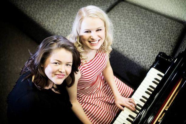 Raakel Korhola (vas.) ja Reeta Vestman näkevät toisiaan monta kertaa viikossa. Läheiset ystävät ja siskot esiintyvät ensimmäisen kerran julkisesti yhdessä pääsiäisenä.