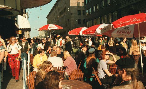 Vappuna 1998 Seinäjoella oli parhaimmillaan 24,5 astetta lämmintä. Tämä kuva on kuitenkin Helsingistä Iltalehden vappureportaasista, jossa kerrottiin muun muassa, että vapun 1998 hitti oli shampanjapullon muotoinen ilmapallo. Tuolloin pääkaupungissa hätyyteltiin 20 asteen lämpötiloja.
