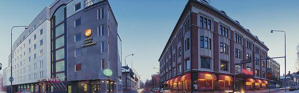 Puijonsarvi toimii useammassa rakennuksessa. Taka-alalla olevassa puutalossa on kokoustiloiksi muutettava yökerho. Jugend-talon ravintolat on uusittu kuvan ottamisen jälkeen: siinä toimivat nykyään Ehta- sekä Frans ja Sophie Bistro -nimiset ravintolat.