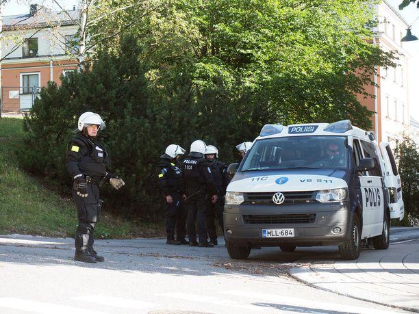 Poliisi varautui muistotapahtumiin mellakkavarustein.