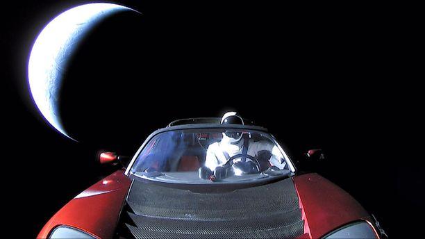 Starman lähti kiertämään aurinkoa.