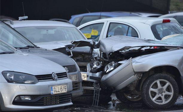 Neljä loukkaantui, kun auto ajoi ihmisten päälle jalkakäytävällä Helsingin Siilitien metroasemalla.