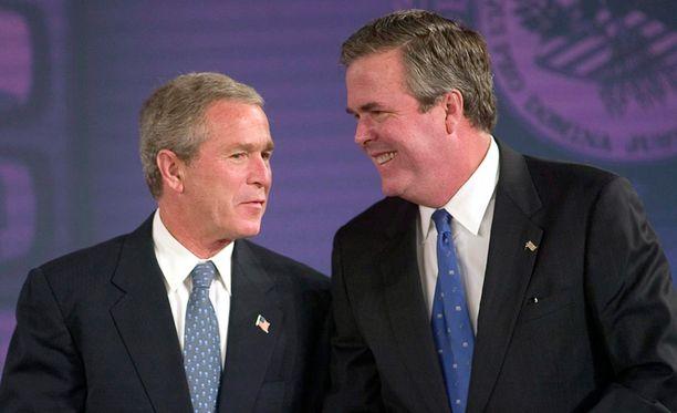 Yhdysvaltain entinen presidentti George W. Bush (vas.) ja hänen veljensä Jeb Bush kuvattuna vuonna 2004.