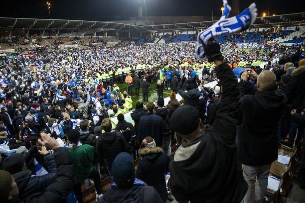 Töölön stadionilla nähtiin yleisöryntäys kentälle, kun Huuhkajat varmisti historiallisen arvokisapaikan. Ensi kesän EM-kisoihin on hyvin todennäköisesti enemmän halukkaita kuin lopulta sinne pääseviä.