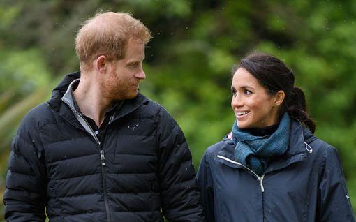 Sivalsivatko prinssi Harry ja herttuatar Meghan prinssin serkkuja? Asiantuntijoilta tyly arvio herttuaparin tiedotteesta