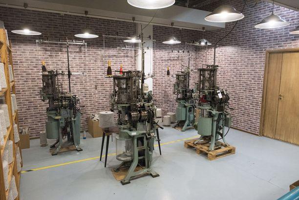 90 000 villasukkapariakin valmistuu tänä vuonna yhä moitteettomasti toimivilla 1940- ja 1950-luvun Bentley-neulomakoneilla.