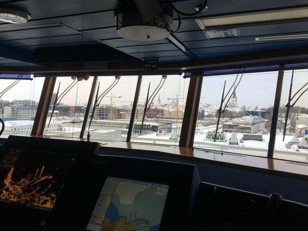 Tallinnan satama m/s Finlandian komentosillalta nähtynä.