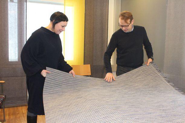 Muotoilija Liina Blomin ja VM-Carpetin toimitusjohtaja Harri Viita-ahon mukaan luonnonmateriaaleista tehdyn paperinarumaton suosio on edelleen vankka.