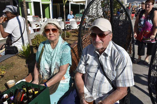 Vantaan Myyrmäestä kotoisin olevat Laila ja Veikko Anttonen nauttivat huutokauppatunnelmasta.